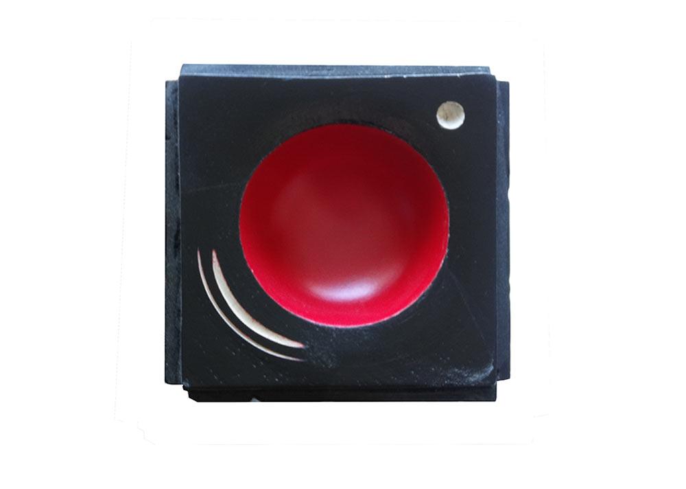 sculpture-sycomore-texture-laque-noire-rouge-pointillisme-totem2