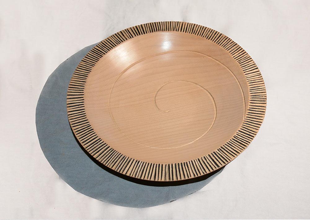 tournage-assiette-sycomore-spirale-sculptee-laque-noire