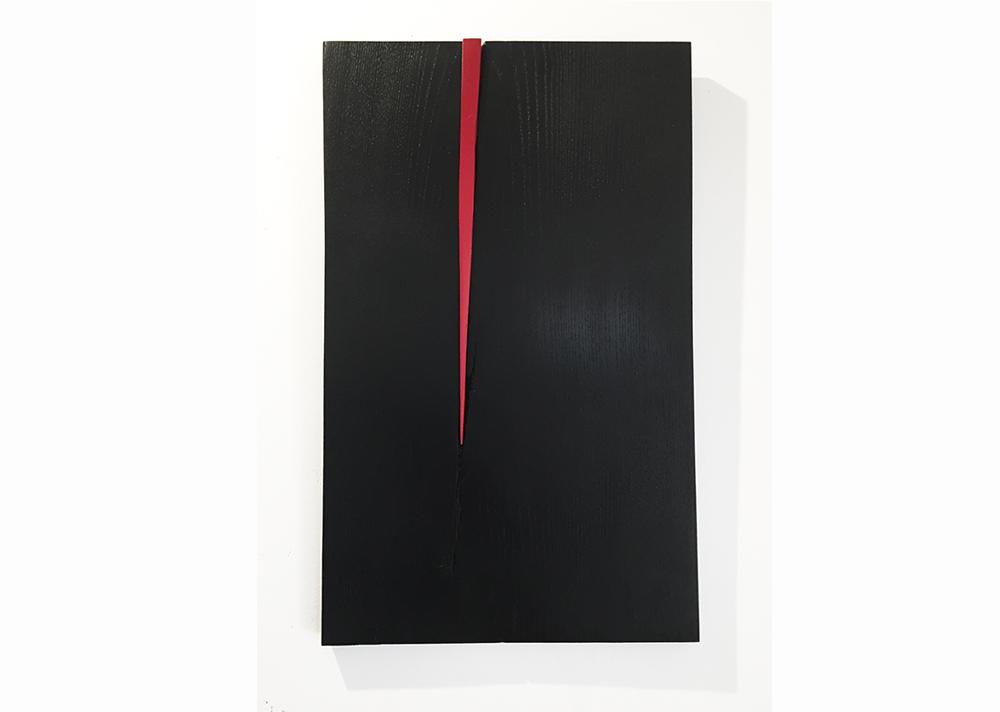 agnes k sculpture, panneau mural en chêne massif brulé, laqué rouge
